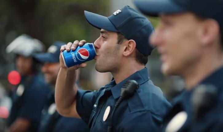 ペプシを飲む警官