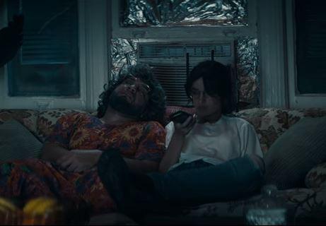 テレビを見る祖母と孫